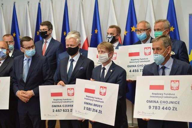 Premier Morawiecki przyznał samorządom powiatu chojnickiego i człuchowskiego promesy dotacji rządowych, podczas spotkania w Chojnicach w niedzielę 5 lipca.