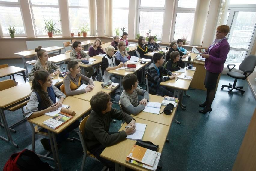 Kolejną grupą, której rząd obiecał podwyżki są nauczyciele. - Mają zarabiać więcej średnio o 35 - 63 zł brutto miesięcznie w zależności od stopnia zawodowego - mówi Magdalena Kaszulanis, rzecznik prasowy Związku Nauczycielstwa Polskiego. - Jednak to nie jest podwyżka, tylko waloryzacja. Pensje nauczycieli nie rosły bowiem od 2012 roku.>> Najświeższe informacje z regionu, zdjęcia, wideo tylko na www.pomorska.pl