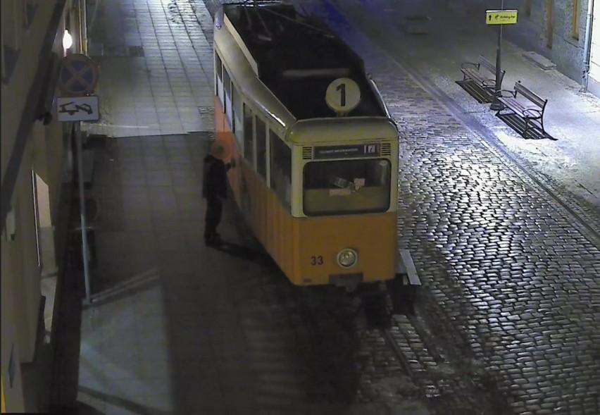 Wandal pomalował sprayem zabytkowy tramwaj w Bydgoszczy. Wpadł dzięki monitoringowi