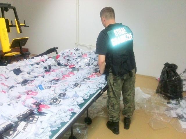 W jednej z przemyskich noclegowni strażnicy graniczni ujawnili podrobione ubrania, buty i kosmetyki.