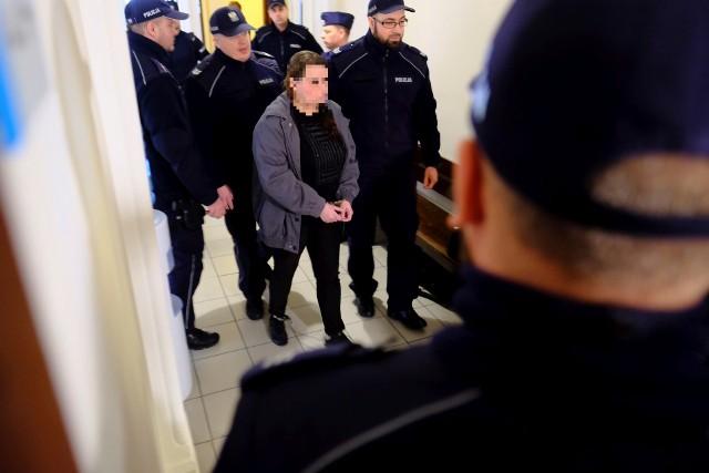 """Proces Magdaleny K. z Sądzie Okręgowym w Toruniu, w którym za zacieranie śladów mordu przy ul. Czarlińskiego oraz zlecenie zabójstwa własnego narzeczonego """"Lecha"""" w Kopanienie skazana została łącznie na 14 lat więzienia."""