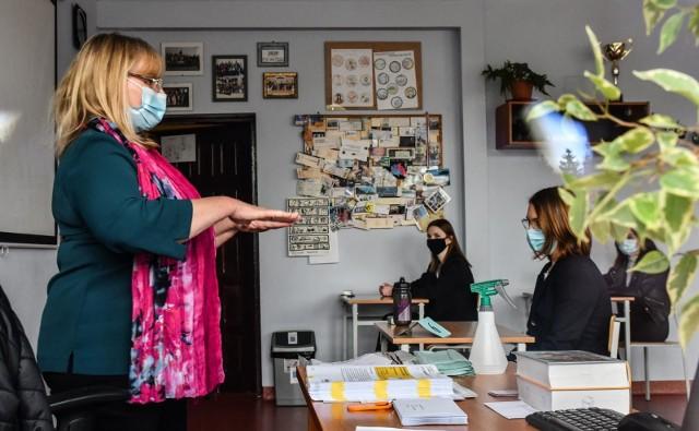 W IV LO w Bydgoszczy maturę zdaje 125 tegorocznych maturzystów. Fotoreporterom nie wolno wejść na teren szkół, więc zmagania uczniów obserwowaliśmy z zewnątrz, m.in. przez okno.