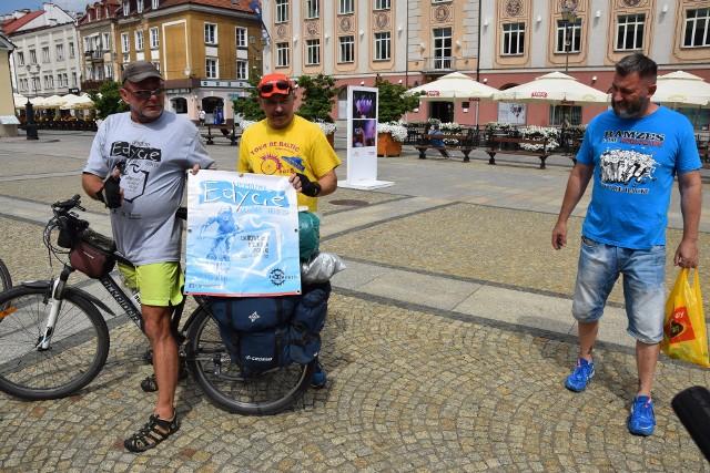 Dariusz Biesalski objeżdża rowerem Polskę wzdłuż jej granic. Zbiera w ten sposób pieniądze na leczenie chorej na mukowiscydozę sąsiadki. W piątek (30.07) odwiedził Białystok. Wraz z nim pojawili się towarzysze podróży.