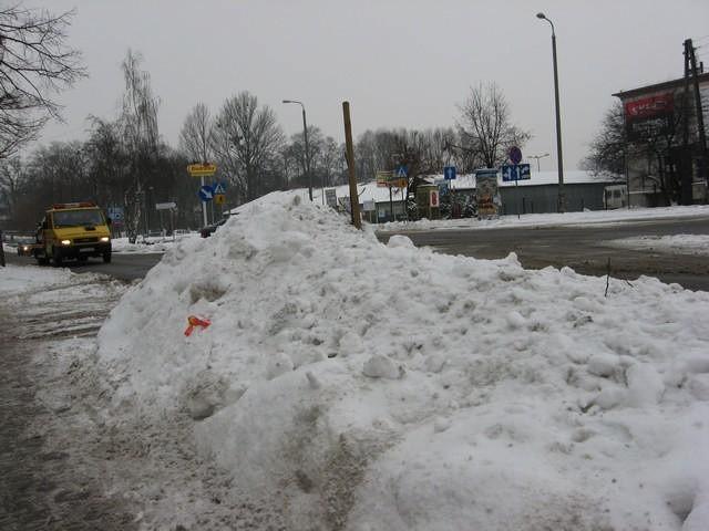 Śnieżne zaspy przy głównych ulicach Mogilna zostaną do odwilży