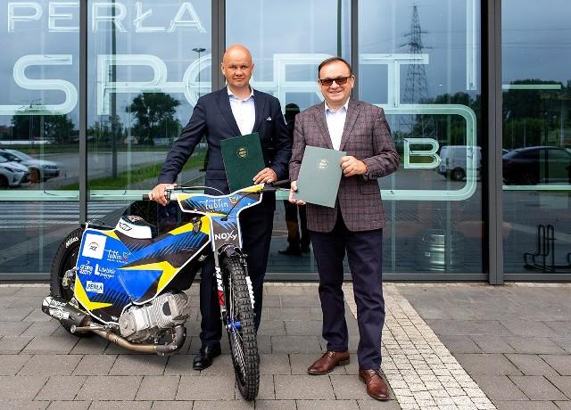 Na zdjęciu: Piotr Więckowski, wiceprezes zarządu Speedway Lublin S.A. (z lewej) i Andrzej Rutkowski, dyrektor generalny Perła – Browary Lubelskie S.A.