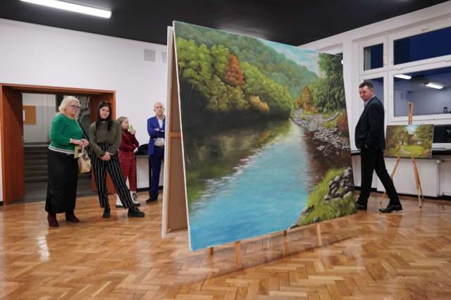 """Marcel van de Kraats to holenderski malarz ale i projektant mebli i wnętrz mieszkający od lat w Poznaniu. W piątek wystawę jego obrazów zatytułowaną """"Piękny świat"""" otwarto w Zespole Szkół Geodezyjno-Drogowych.Przejdź do kolejnego zdjęcia --->"""