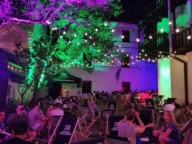 SEZONlokalizacja: Złota 2, podwórko za pubem U FotografaMagiczne podwórko wśród staromiejskich kamienic, pełne dobrej muzyki, piwa rzemieślniczego i kolorowych świateł. Ponad 100 leżaków i imprezy, które potrafią się przeciągnąć do rana. A jak zgłodniejecie to czekają na Was pyszne zapiekanki. CZYNNE:śr. 19:00 - 00:00czw. 19:00 - 00:00pt. 19:00 - 3:00sob. 17:00 - 3:00ndz. 15:00 - 00:00