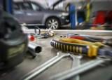 Dramatyczny wypadek podczas naprawy samochodu. Citroen przygniótł właściciela