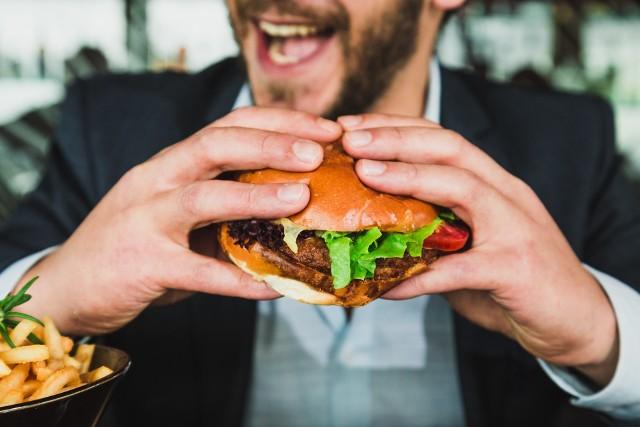 """Nie wszystkie pokarmy uzależniają – niestety takie działanie mają przeważnie te o niskiej wartości odżywczej. W badaniach naukowych stwierdzono, że przeważnie są to pokarmy bardzo przetworzone, kaloryczne i o wysokim indeksie glikemicznym. Po ich spożyciu poziom cukru we krwi gwałtownie się podnosi, po czym równie szybko opada, co pobudza ośrodek głodu w mózgu nasilając łaknienie.  Pokarmy te są bogate z cukier, sól i tłuszcz, za to ubogie w w składniki mineralne, witaminy i błonnik, których potrzebuje organizm do prawidłowego funkcjonowania. Ich jedzenie potrafi oszukać ośrodki głodu i sytości w mózgu, gdyż """"korzyścią"""" z ich spożywania jest wzrost wydzielania endorfin. Na kolejnych zdjęciach przedstawiono żywność, która zgodnie z wynikami badania przeprowadzonego przez naukowców z uniwersytetu w Michigan uzależnia najbardziej. Przekonaj się, czy Ty też masz kłopot ze spożywaniem jej w rozsądnych porcjach?"""
