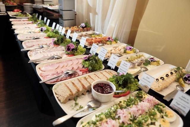 Śniadanie najlepiej smakuje na świeżym powietrzu - zwłaszcza w tak eleganckim ogródku jak ten hotelu Cristal