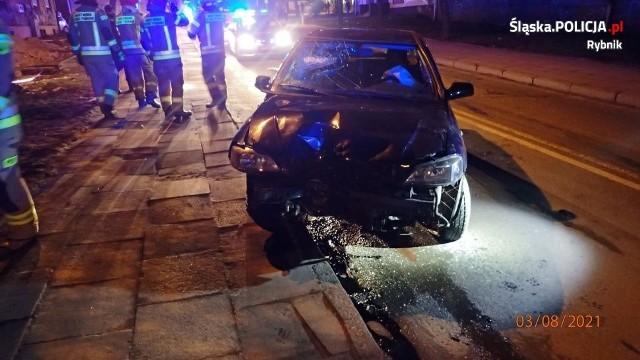 Rybnik: Kierowca uderzył w latarnię, którą przewiózł na masce kilkadziesiąt metrów. Miał ponad 3 promile alkoholu!