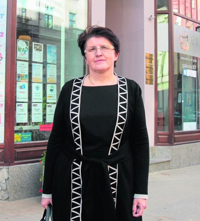 Jadwiga Kirchof przed kamienicą, w której prowadziła jeden z trzech swoich sklepów. Dziś przy Piotrkowskiej 87 znajduje się Biuro Informacji Turystycznej