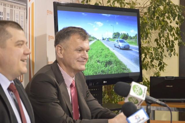 We wtorek, 28 lutego, prezydent Jacek Wójcicki i wiceprezydent od inwestycji Artur Radziński nie kryli radości ze zdobytych przez Gorzów pieniędzy na remont 3,6 km drogi krajowej nr 22 (na zdjęciu za prezydentami widać jej odcinek).