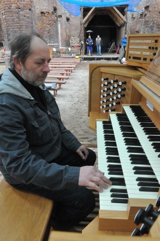 Manfred Hoffrichter ćwiczy przed koncertem, który rozpocznie się w sobotę o 16.00, a zakończy w niedzielę o tej samej godzinie