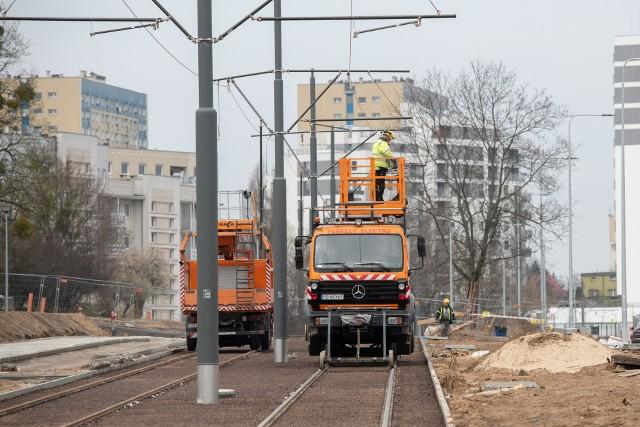 """Postępują prace przy budowie trasy tramwajowej na Naramowice w Poznaniu. Niedługo na odcinku od pętli """"Wilczak"""" do ul. Włodarskiej będą kursować tramwaje. Obecnie trwa montaż sieci trakcyjnej"""