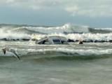 Sztorm na Bałtyku i dramatyczna wywrotka jachtu w Darłowie! Wiatr cisnął nim o głazy! Co z załogą?