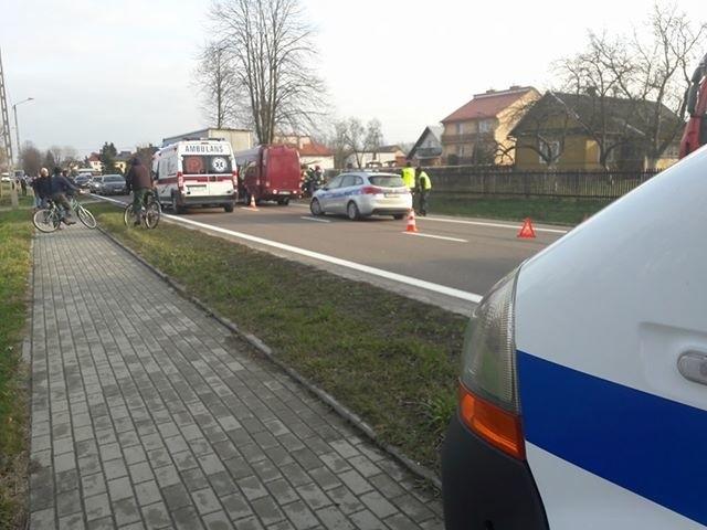 """W busie, który zderzył się z samochodem ciężarowym w Widełce podróżowało 14 osób. Po wypadku zablokowana krajowa """"dziewiątka"""". Utrudnienia mogą potrwać nawet 3 godziny. Aktualizacja z godz. 13.45Cztery osoby zostały zabrane do szpitala. Na miejscu 7 zastępów straży pożarnej. Aktualizacja z godz. 15.00Według wstępnych ustaleń policji kierowca mercedesa sprintera, najechał na tył ciężarowego mana. Busem podróżowało 14 osób, młodzieżowa drużyna sportowa z Łodzi i troje opiekunów, jechali na mecz do Lwowa. W wyniku tego zdarzenia ranne zostało 4 osoby - 1 osoba dorosła i 3 dzieci. Policjanci ustalili, że kierowcy obu pojazdów byli trzeźwi. Na chwilę obecną ruch na tym odcinku drogi krajowej nr 9 odbywa się wahadłowo. Policjanci zorganizowali objazdy. Utrudnienia mogą potrwać do godz.16.ZOBACZ TEŻ:"""