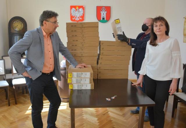 Każdy samorząd, który złożył wniosek do rządowego projektu zdalna szkoła, dostanie wsparcie.Na zdjęciu burmistrz Otynia Barbara Wróblewska i dyrektor Zespołu Szkolno-Przedszkolnego w Otyniu Jarosław Suski.