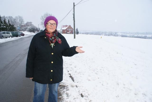 Maria Janeczko, mieszkanka ulicy Ćmielowskiej w Opatowie pokazuje miejsce, gdzie ma pojawić się 60-metrowy maszt