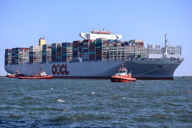 Te holowniki obsługują największe statki! Na zdjęciu OOCL Hong Kong, jeden z największych kontenerowców świata, który w dziewiczym rejsie z Azji do Europy zawinął do DCT Gdańsk 28.06.2017 r.