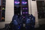 Policja obstawiła wejścia do wszystkich klubów w Pasażu Niepolda we Wrocławiu [ZDJĘCIA]