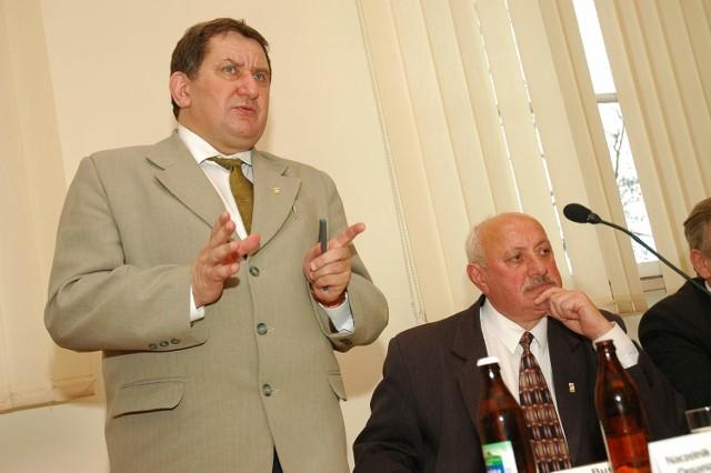 Gdy Krzysztof Kuchczyński (z lewej) był burmistrzem, Michał Ilnicki (obok) mógł liczyć na posadę prezesa w miejskiej spółce. Teraz role odwróciły się: Ilnicki jest starostą, więc Kuchczyński został prezesem szpitalnej spółki.