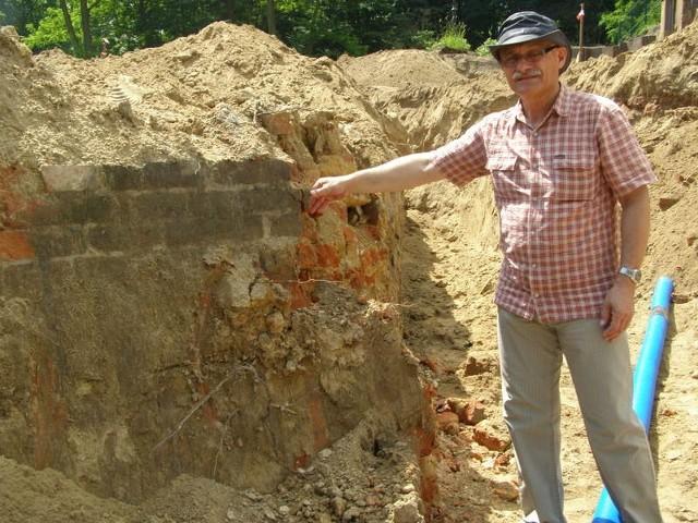 - To są fragmenty rawelinu Engela - prezentuje Zenon Hendel. - Już niebawem w tym miejscu wybudowane zostanie rondo.