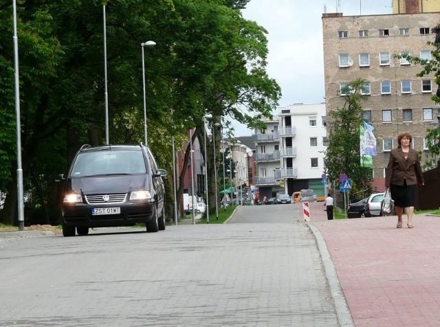 Auta jeżdżą już poszerzoną ulicą Skarbową. Po obu stronach drogi przy parku 3 Maja zrobiono też chodniki.