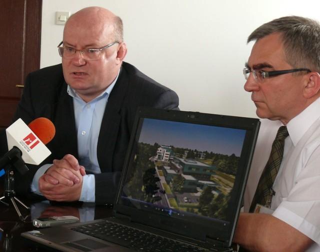 Prezydent Andrzej Szlęzak i odpowiedzialny za prowadzenie projektów Ryszard Sęczyk, prezentują wizualizację obiektów uniwersyteckich.