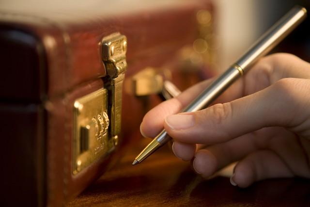 Umowa przedwstępna może być w formie aktu notarialnegoUmowa przedwstępna podpisana jako akt notarialny to mocne zobowiązanie prawne. Po jej podpisaniu kupujący jest zobligowany, niezależnie od okoliczności, do przystąpienia do ostatecznej umowy kupna-sprzedaży i zapłaty ceny za nieruchomość. Jeśli tego nie zrobi, to sprzedający może dochodzić swoich praw w sądzie. A ten szybko wyda tytuł wykonawczy do wyegzekwowania od kupującego odpowiednich kroków.Może zdarzyć się tak, że w sytuacji gdy ceny nieruchomości szybko rosną, to sprzedający będzie chciał podpisać umowę w formie cywilno-prawnej. Pamiętajmy jednak, że wtedy sprzedający będzie mógł ją zerwać, oddając kupującemu jedynie wpłaconą zaliczkę.