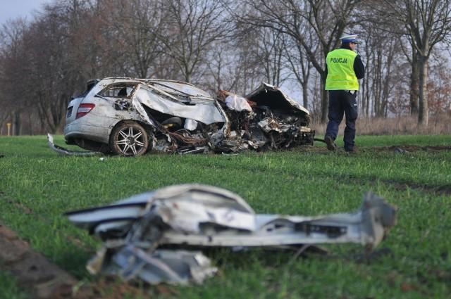 O ogromnym szczęściu może mówić 35-letni kierowca mercedesa, który w środę, 12 grudnia, wypadł z drogi między podgorzowskim Wawrowem, a Janczewem. Samochód został kompletnie rozbity.Do wypadku doszło na prostym odcinku drogi. - Z niewyjaśnionych jeszcze przyczyn mercedes wypadł z drogi, uderzył w drzewo i zatrzymał się na polu - mówi podkom. Grzegorz Jaroszewicz z wydziału prasowego Komendy Wojewódzkiej Policji w Gorzowie Wlkp. Widok na miejscu jest makabryczny. Mercedes po uderzeniu w drzewo został kompletnie rozbity. Z samochodu poodrywały się części, jedne z drzwi leżały kilkanaście metrów od wraku auta.Na miejsce przyjechała policja, straż pożarna i pogotowie. Patrząc na roztrzaskany wrak samochodu aż trudno uwierzyć, że kierowca po wypadku był przytomny. - Uskarżał się na ból, został zabrany do szpitala. Na razie nie są znane obrażenia jakich doznał. W szpitalu zostanie też zbadana trzeźwość kierowcy - mówi G. Jaroszewicz. Po wypadku na miejscu zdarzenia były niewielkie utrudnienia w ruchu. Przejazd drogą wojewódzką nr 158 odbywał się wahadłowo. Zobacz też wideo: Policja zatrzymała 32-latka podejrzanego o podpalenie samochodu w Kostrzynie nad Odrą. Czy to zakończy pożary aut w mieście?