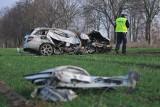 Makabrycznie wyglądający wypadek pod Gorzowem. Mercedes wypadł z drogi i roztrzaskał się o drzewo. Auto zostało kompletnie rozbite [ZDJĘCIA]