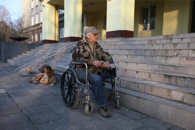 Dominik Dukała każdego dnia musi zmagać się z trudnościami krakowskiej architektury