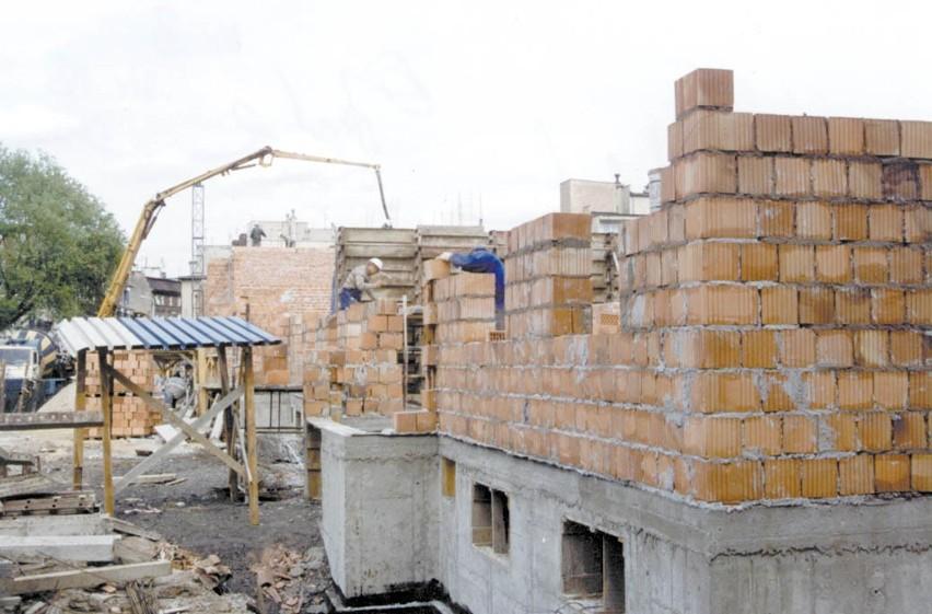 Inwestycje mieszkaniowe najlepiej rozpocząć jeszcze w tym roku. W Opolu 1 m2 nowego mieszkania kosztuje 2200 zł, a 7-arowa działka budowlana -50 tysięcy złotych.