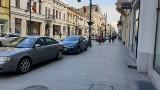 Deptak ul. Piotrkowskiej zmienia się w darmowy parking. Wjeżdża kto chce i kiedy chce. ZDJĘCIA