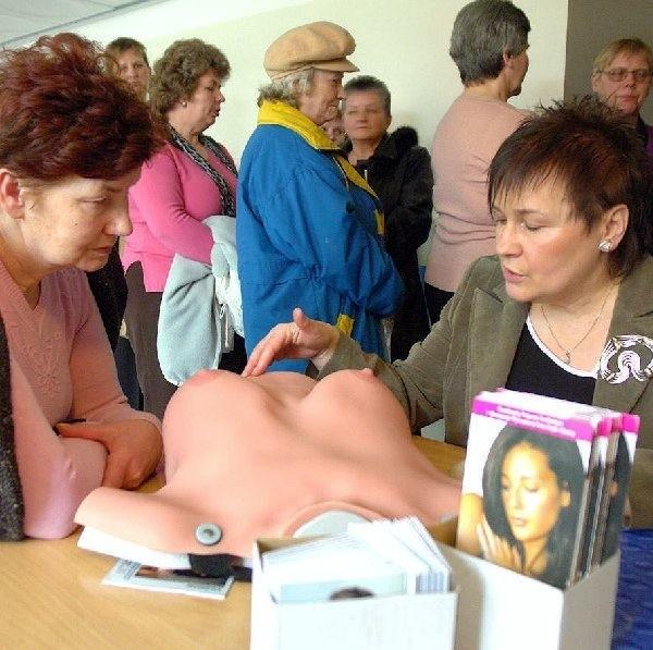 Krystyna Wańska - Remiasz tłumaczyła  Bernadecie Dombrowskiej jak co miesiąc należy  badać swoje piersi.