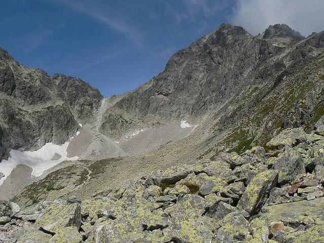 Skończyły 18 lat i szukały górskich przygód. Wyszły z kwatery i ślad po nich zaginął. Nie one jedyne. Michał chciał fotografować jesień w Tatrach. Tak przynajmniej domyślała się jego mama. By go znaleźć, przeczesano niemal całe Tatry, metr po metrze. Wciąż nie wiadomo, co się z nim stało. Nasze góry kryją wiele tajemnic, które do dzisiaj nie doczekały się wyjaśnienia. Na rozwiązanie innych trzeba było czekać wiele lat. Oto najbardziej tajemnicze zniknięcia w Tatrach.Przesuwaj zdjęcia w prawo - naciśnij strzałkę lub przycisk NASTĘPNE >>>