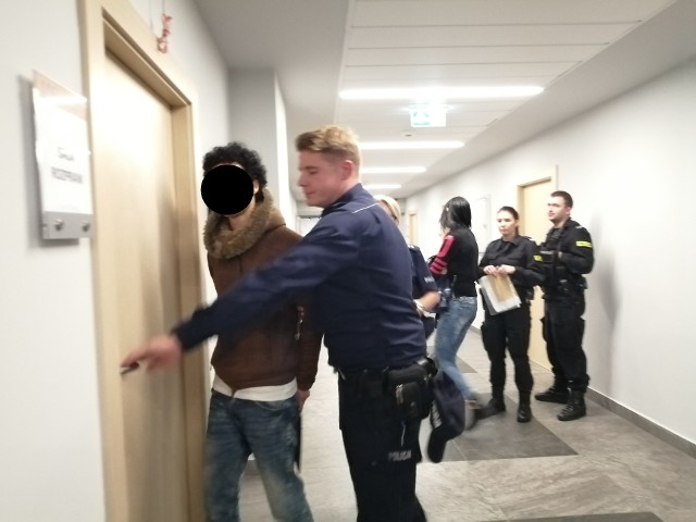 Marokańczyk Fuad F. został skazany na cztery lata więzienia po tym jak zaatakował nożem kobietę na Jeżycach w Poznaniu.Przejdź do kolejnego zdjęcia --->