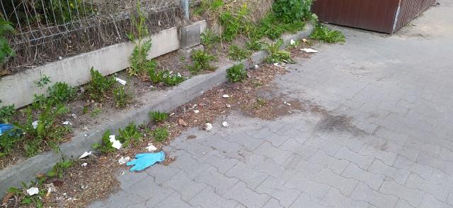 W Wąbrzeźnie rękawiczki i maseczki jednorazowe mające chronić przed zarażeniem koronawirusem można znaleźć na chodnikach, przy sklepach, a także zamiast wewnątrz śmietników, to przy nich. Znaleźliśmy także jedną rękawiczkę przy ławce na Podzamczu. Koronawirus stworzył zatem kolejny problem, uderzający tym razem w środowisko - nadmiar śmieci, wyrzucanych w różnych miejscach w mieście.