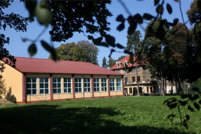w ramach rozbudowy Szkoły Podstawowej nr 72 przy alei Modrzewiowej 23 na Woli Justowskiej powstanie sześć nowoczesnych sal lekcyjnych, toalety, pomieszczenia administracyjne i gospodarcze oraz szatnie dla uczniów.