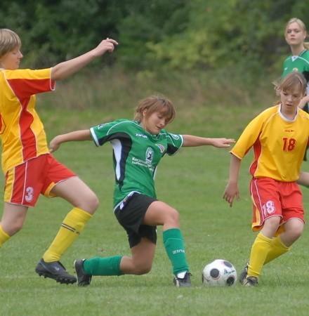 Dziewczyny podczas meczu Mirostowiczanka Mirostowice - Grom Wolsztyn walczą zaciekle o piłkę.