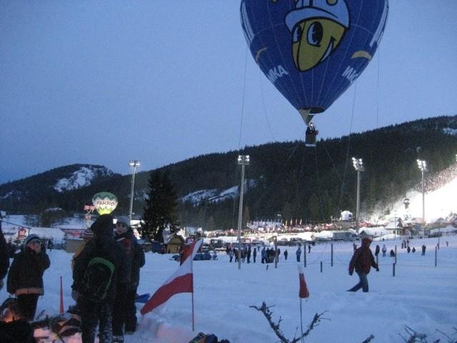 """Dla wielu kibiców skoków narciarskich balon w barwach """"Mrówki"""" był atrakcją nie mniejsza niż sam konkurs."""