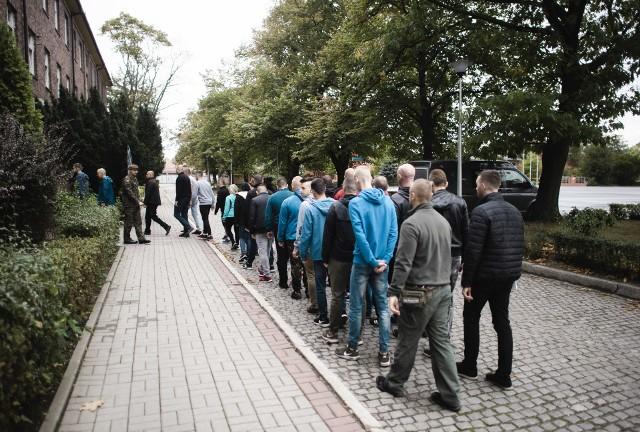 Wszyscy żołnierze, którzy otrzymali karty powołań przed godz. 7 rano stawili się przed bramą jednostki wojskowej w Gliwicach. Zostali umundurowani i poddani ocenie sprawności fizycznej. Musieli zrobić brzuszki, pompki oraz biec na 3 kilometry. Od teraz wojskowe koszary będą ich domem.