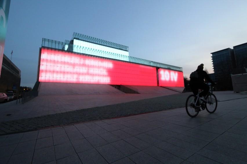 Lubelskie obchody 10. rocznicy katastrofy smoleńskiej. Prezentacja multimedialna na fasadzie CSK. Zobacz zdjęcia