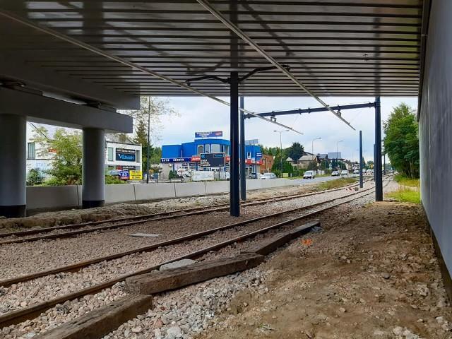Pod wiaduktem kolejowym zastosowano nowoczesną, sztywna sieć trakcyjną
