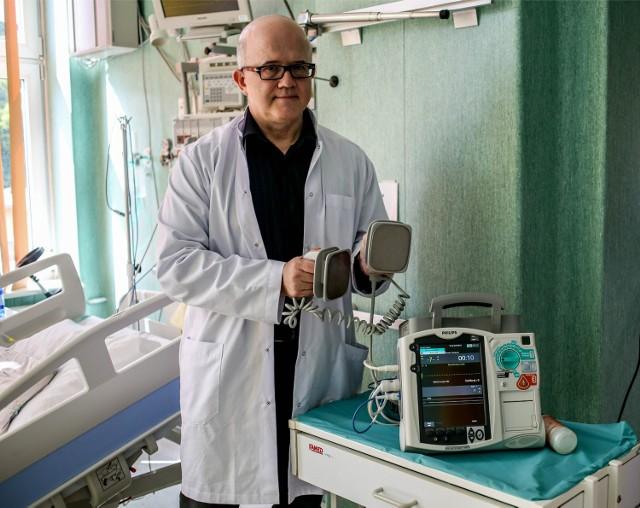 Nie trzeba być kardiologiem, by zdefibrylować człowieka i uratować mu życie - przekonuje prof. Raczak