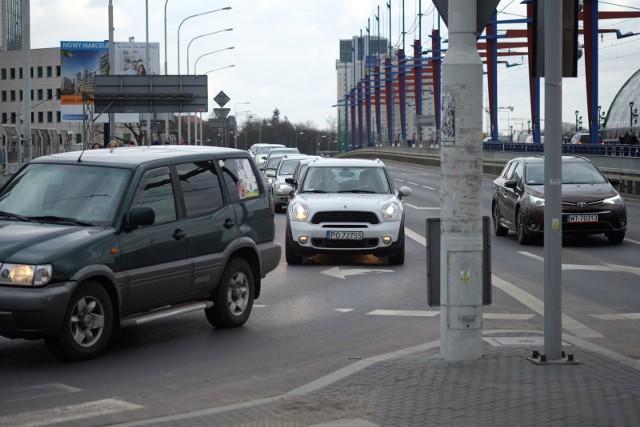 Tuż po włączeniu świateł, na zjeździe z Mostu Dworcowego w ul. Głogowską doszło do kolizji.