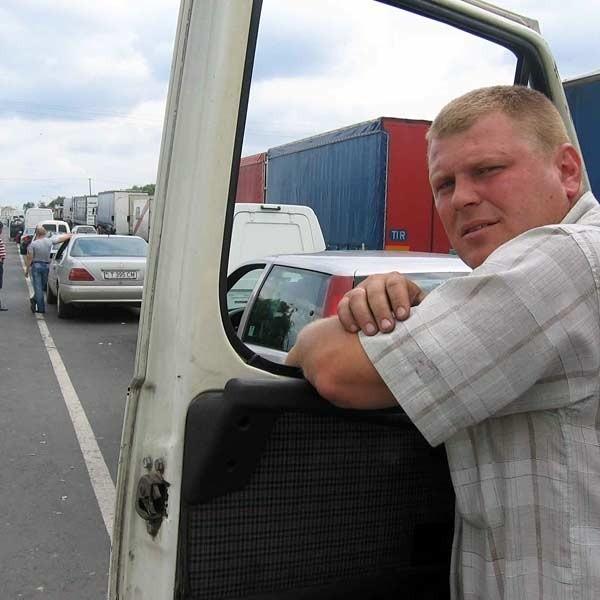 Wczoraj około godz. 14 sznur oczekujących na odprawę ciężarówek w Medyce miał ok 2 km. - Czekam na odprawę w kolejce już jedenaście godzin. A końca tej męki nie widać - utyskiwał Igor Smakuła ze Lwowa.