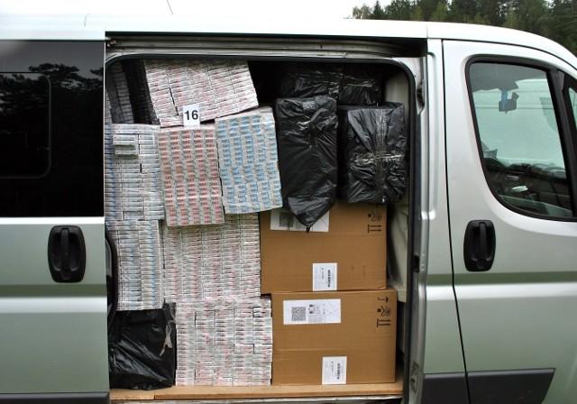 W miniony czwartek, 7 września, na terenie gminy Kalinowo zabezpieczonych zostało blisko 80 tys. Paczek papierosów bez polskich znaków akcyzy o szacunkowej wartości ponad miliona złotych.