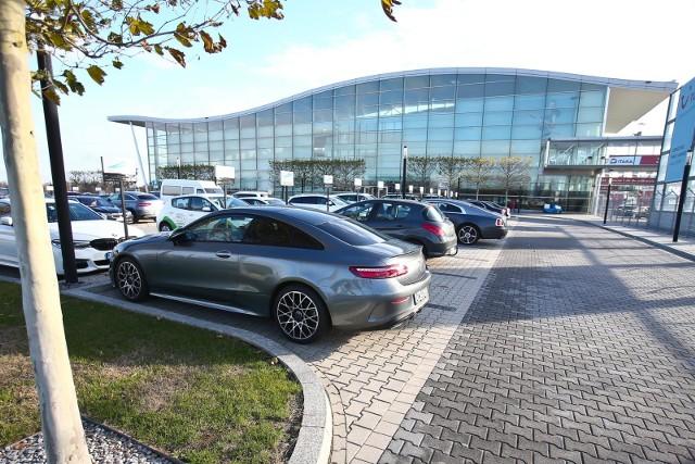 Wrocławskie lotnisko po raz pierwszy w historii obsłużyło trzymilionowego pasażera. Do końca roku, według szacunków, będzie ich blisko 3,3 mln. I choć przepustowość zbudowanego na Euro 2012 terminalu to 4 mln osób rocznie, powoli robi się on za ciasny dla rozbudowywanej siatki połączeń. Terminal zostanie przebudowany w przyszłym roku. Na rozbudowę lotniska musimy poczekać do 2023 r.Zobacz na kolejnych slajdach plany dotyczące przebudowy i rozbudowy wrocławskiego lotniska, posługując się klawiszami strzałek na klawiaturze, myszką lub gestami.